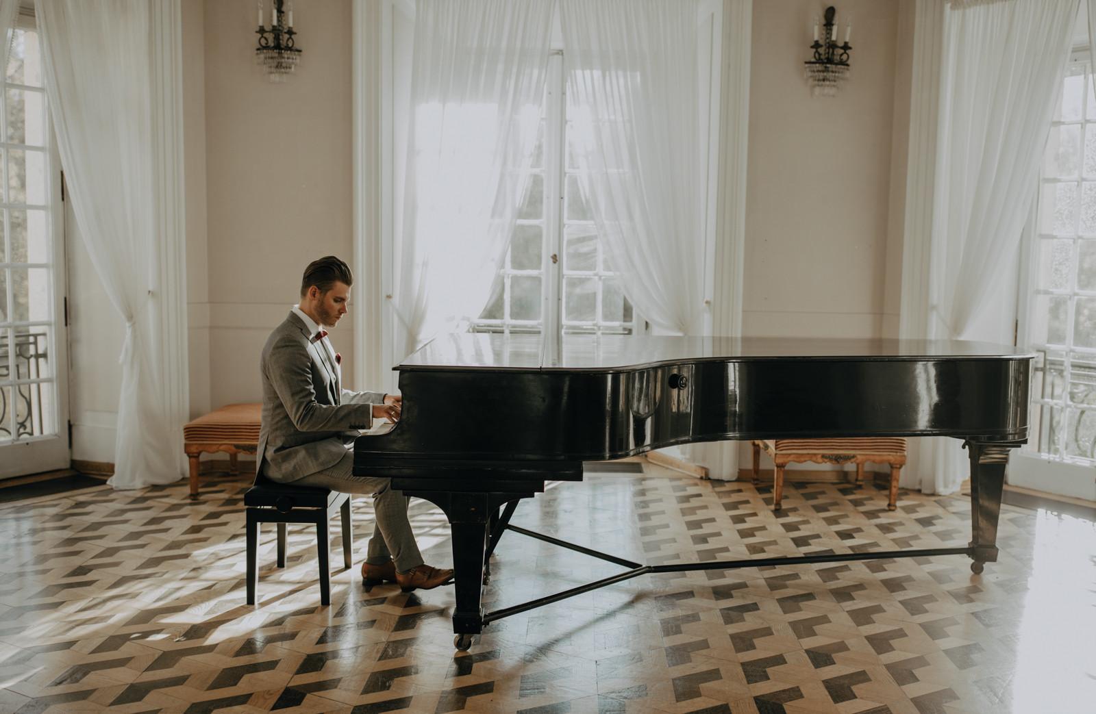 pan młody gra na fortepianie Pałacyk w Otwocku, sesja ślubna Pałac Otwock Wielki, Muzeum Wnętrz w Otwocku Wielkim