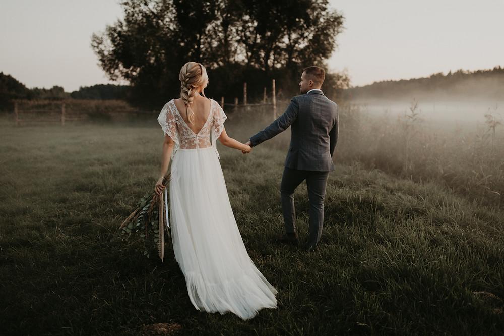 Zagroda Ojrzanów, wesele w plenerze, wesele w Zagrodzie Ojrzanów, sesja poślubna w Zagrodzie Ojrzanów, rustykalne wesele, boho ślub, sesja ślubna ze zwierzętami, Para Młoda, ślub, boho suknia ślubna