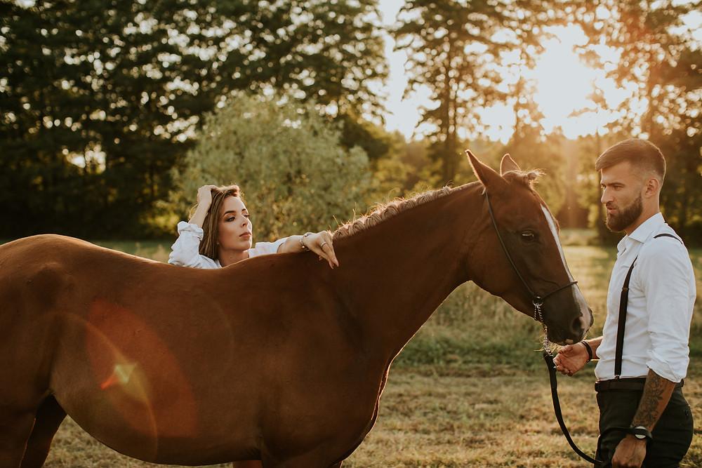sesja z koniem, sesja w stodole, sesja w plenerze, sesja narzeczeńska, sesja poślubna, rustykalny ślub, miłość, planuję wesele, sesja ślubna, sesja zdjęciowa warszawa, narzeczona, narzeczony, zachód słońca zdjęcia