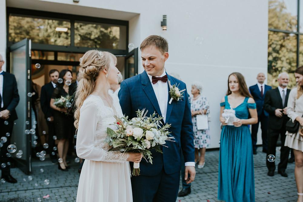 Dworek Jeziorki, reportaż ślubny w Dworku Jeziorki, Winiarnia Dworek Jeziorki, rustykalne wesele, wesele w stodole, boho ślub, boho wesele, fotograf ślubny Poznań, girlandy na ślubie