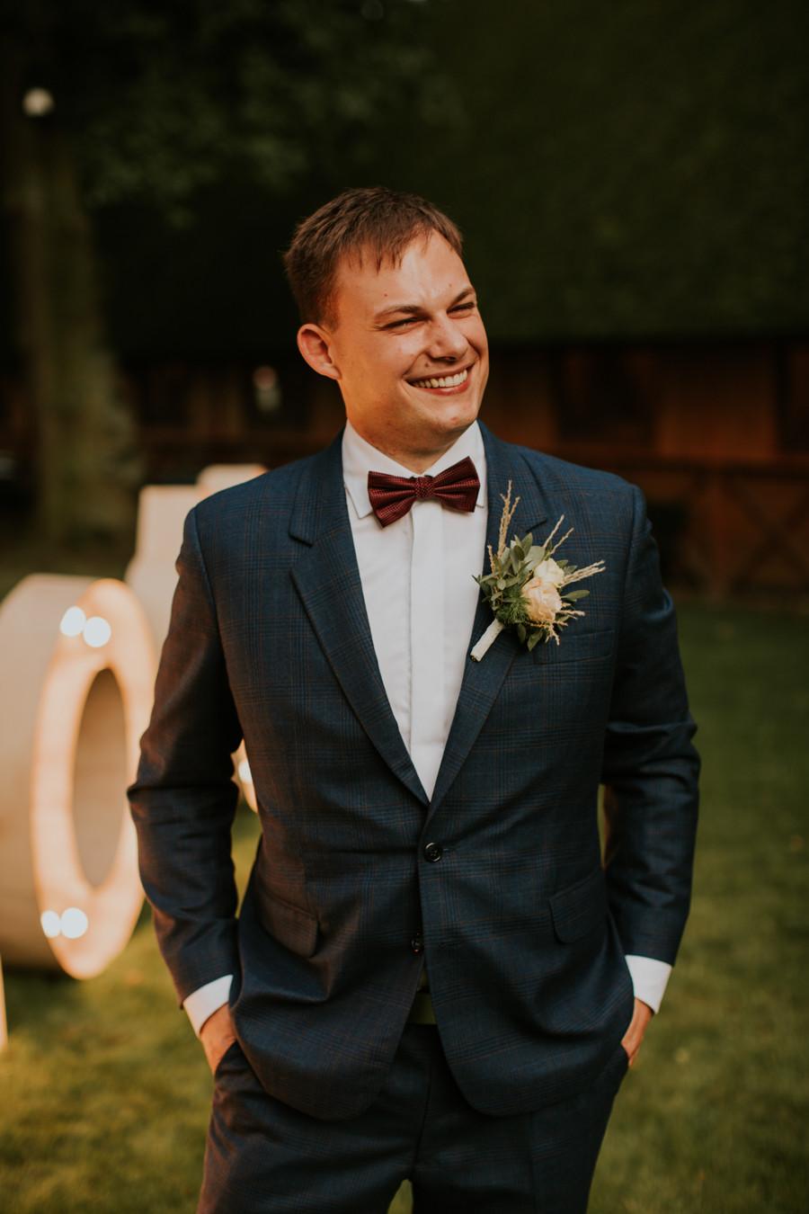 Dworek Jeziorki, reportaż ślubny w Dworku Jeziorki, Winiarnia Dworek Jeziorki, rustykalne wesele, wesele w stodole, boho ślub, boho wesele, fotograf ślubny Poznań, girlandy na ślubie, plener w dniu ślubu, pan młody