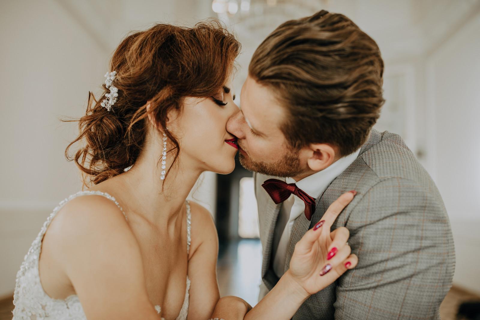 całująca się para młoda, sesja ślubna Pałac Otwock Wielki, Muzeum Wnętrz w Otwocku Wielkim, fotograf ślubny Warszawa
