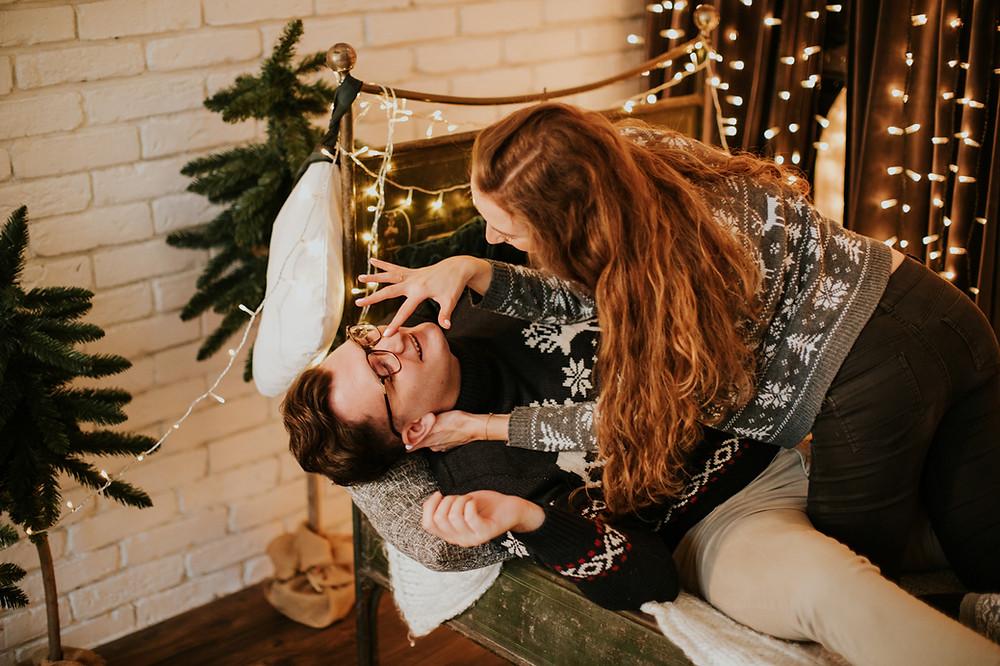 sesja świąteczna, sesja narzeczeńska, narzeczeńskie zdjęcia świąteczne, zdjęcia narzeczeńskie, narzeczona, narzeczony, fotografia ślubna, fotograf ślubny warszawa, studio słoń, studio słoń zdjęcia świąteczne