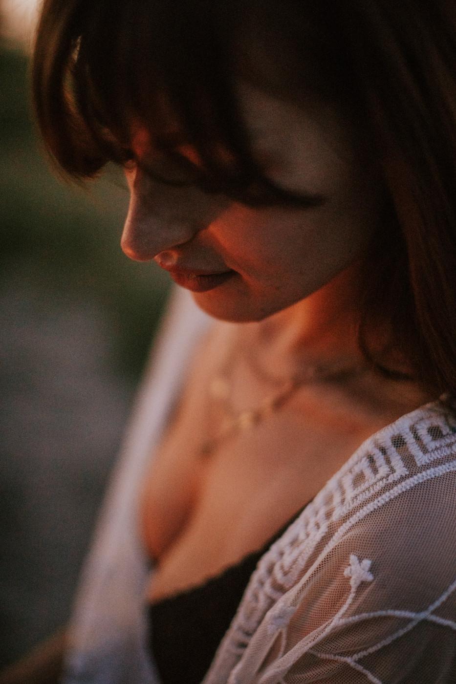 sesja narzeczeńska, narzeczeni, sesja ślubna, plener ślubny, fotograf warszawa, sesja nad Wisłą, plaża nad Wisłą, Warszawa, schodki nad Wisłą, romantyczne zdjęcia, sesja po zmroku, sesja przy ognisku, fotograf ślubny Warszawa