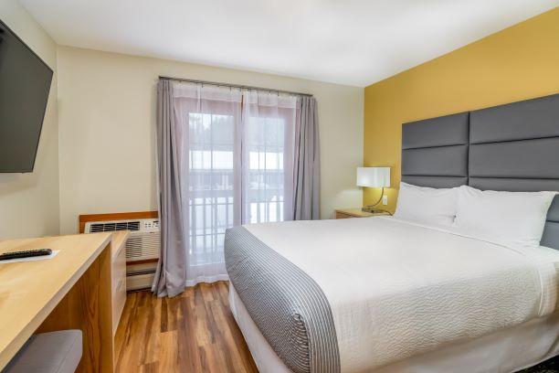 Main Inn -- One Queen Suite