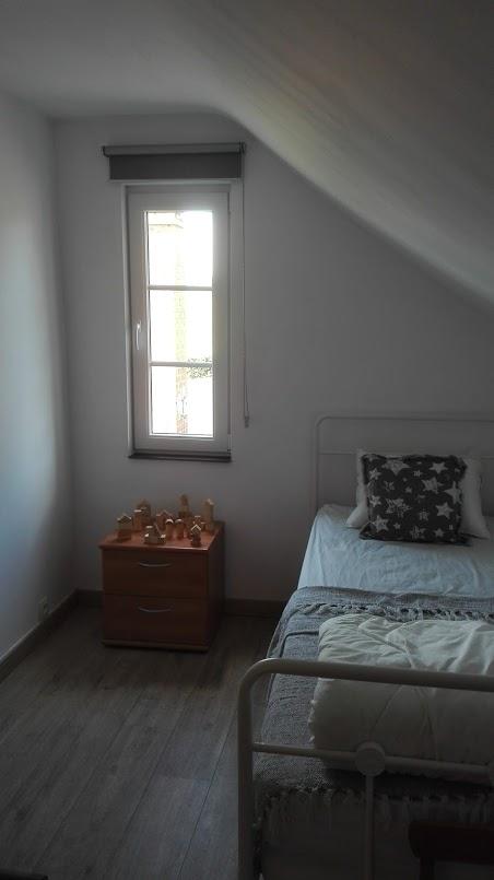La chambre avec un lit simple