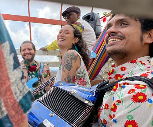 Systema Solar y Puerto Candelaria en la grabación del videoclip de Mi Kolombia