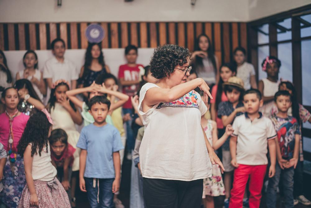 Tere Taborda dirigiendo el Coro del Colegio de Música de Medellín       Foto por: Manuela Garcés (Luz Natural fotografía)