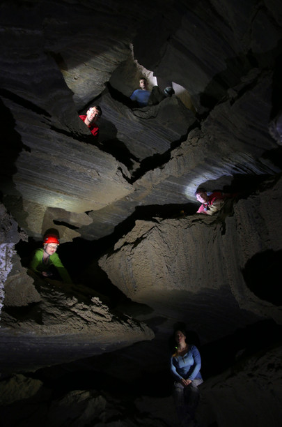 """מפלסי זרימה נטושים בערוץ המרכזי של מערת מלח""""ם - מערת המלח הארוכה בעולם."""