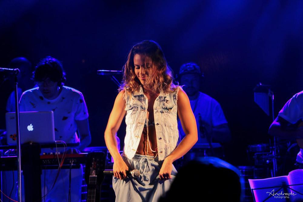 """Ju Moraes interpretou """"Filho da Bahia"""" e """"Mais que nada"""" em versões exclusivas"""