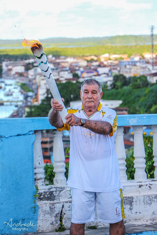 Coutinho foi homenageado durante a passagem da Tocha Olímpica em Valença - Bahia (foto: agência andrade)