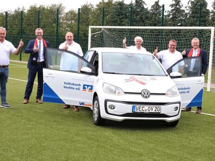 Volksbank übergibt ein VRmobil an den VfL