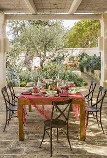 idee per il giardino, come arredare il giardino per l'estate, idee per il terrazzo, spazi esterni, design terrazzo, design giardino, tavolo da esterno, sedie da esterno, sdraio, vasi per piante grandi, cuscini da esterno