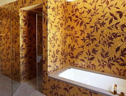 Bagno con parete decorata con smalti e mosaici veneziani in foglia d'oro