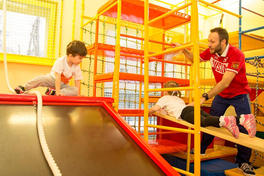 Роман Раух на занятиях с детьми из детского сада на комплексе