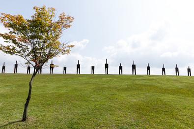 <서 있는 사람>, 2001-2021, 철도침목, 320x75x53cm