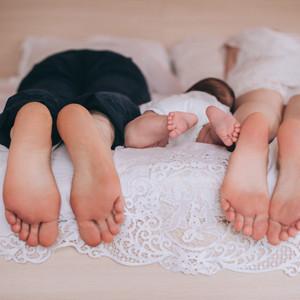 padres-de-pie-mama-y-bebe-en-la-cama_357