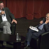Chaque année, Bernard Pivot reprend le micro pour interviewer le lauréat. Ici Denis Demonpion (2018)