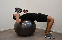 Chest_press_op_grote_bal_deel_1__Monné_