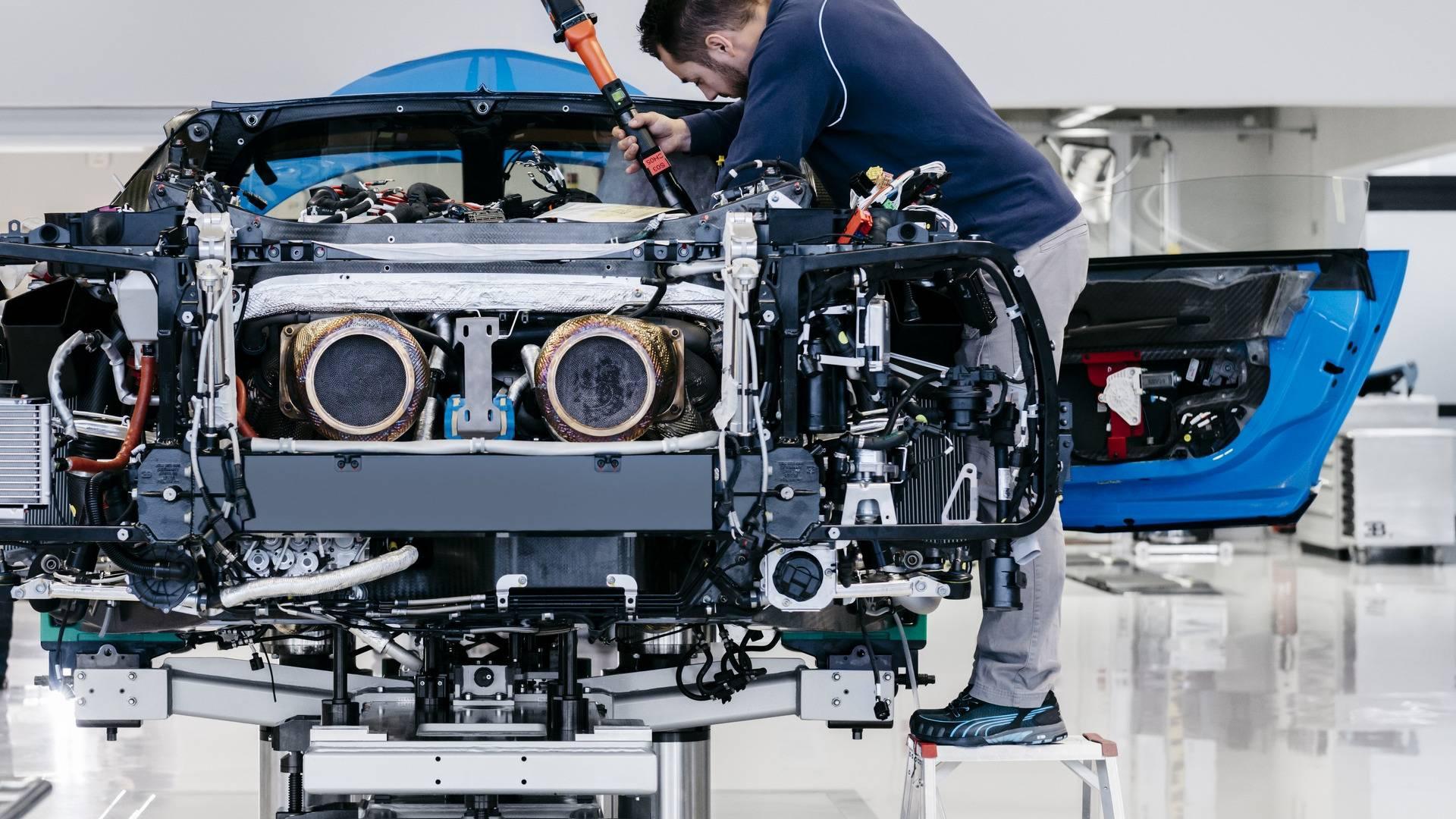 Apenas 20 funcionários fazem a montagem de no máximo 70 unidades por ano (divulgação/Bugatti)