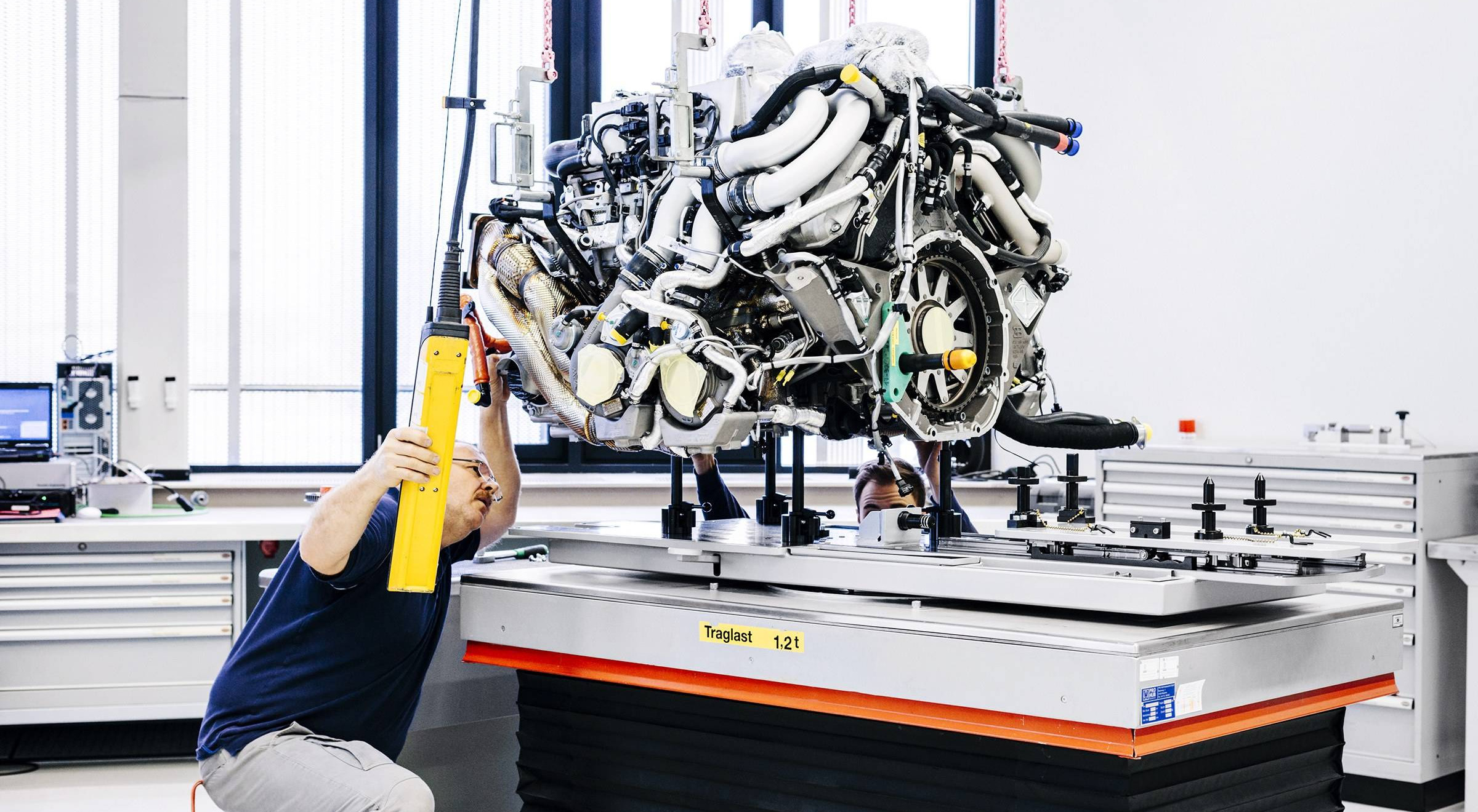Para retirar o motor W16, é necessário desmontar metade do carro (Divulgação/Bugatti)