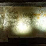 מגילת יחזקאל כפי שנמצאה במצדה - מוזיאון הזכוכית ערד - פסל זכוכית