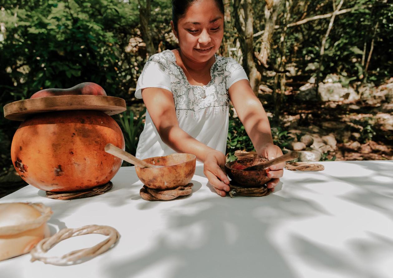 Rosalba (Efrain's wife); Setting the table
