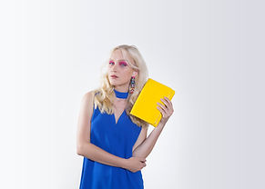 黄色の財布を保持している女性