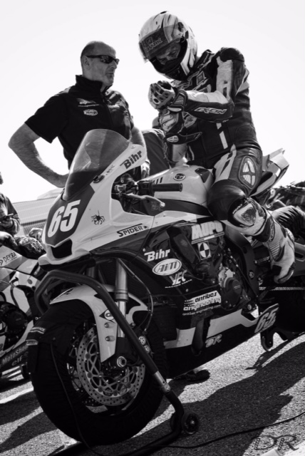 Zanetto Laurent concentré sur moto