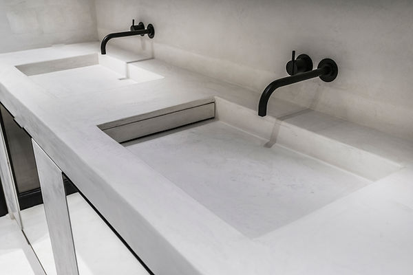 badkamer kraan douche licht Neststeen / Trap / Vloer / Kalkpleister / Mortex / Tadelakt / Beton Cire / Pastellone schilderwerken interieur design decoratie werken keuken spiegel