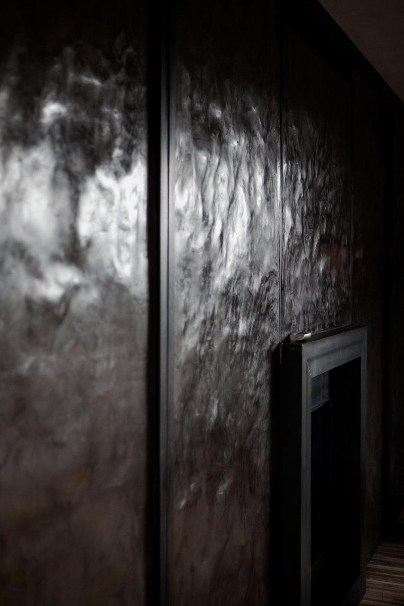 Interieur badkamers Neststeen Mortex Tadelakt Beton Cire Wastafels vola kraan schilderwerken vloeren vlaanderen decoratie terrazzo technieken verf douche lighting spiegels haard trappen deuren kalkpleister uniek schilder belgie kortrijk brugge gent antwerpen brussel roeselare tielt maatwerk pleistertechnieken  tablet patineren hout metaal leem lime textuur texture foto photo interieur design parket