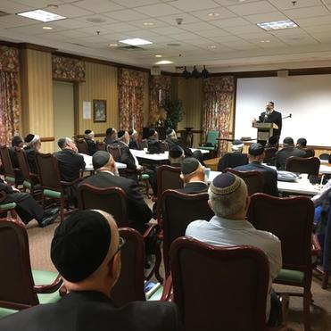 Rav Benzion Bamberger addressing Agra D'