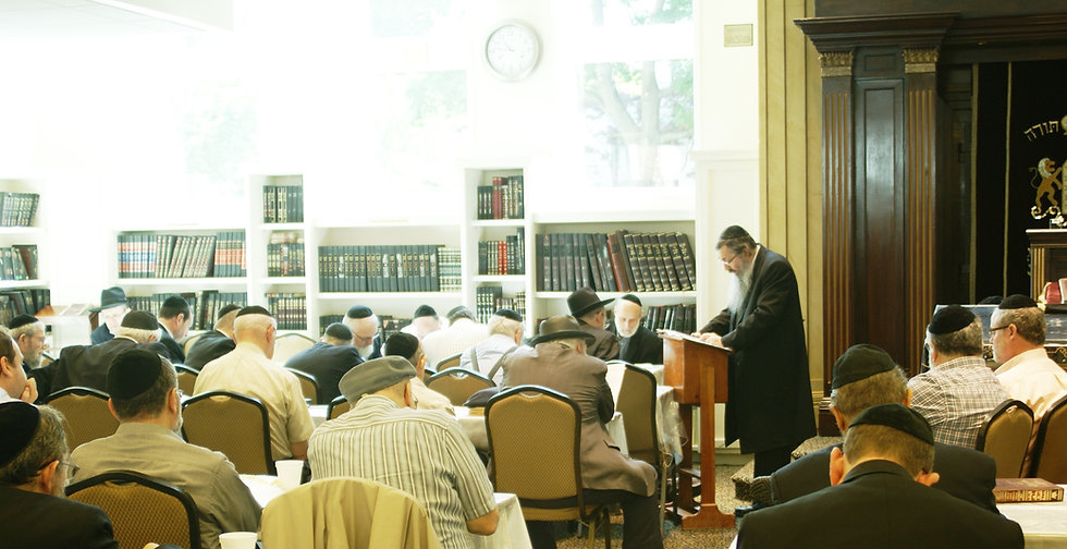 Rabbi%20Kahn%20giving%20shiur%20at%20the