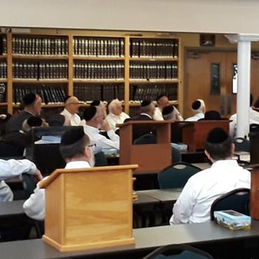 Rav Dovid Heber delivering a shiur at Ag