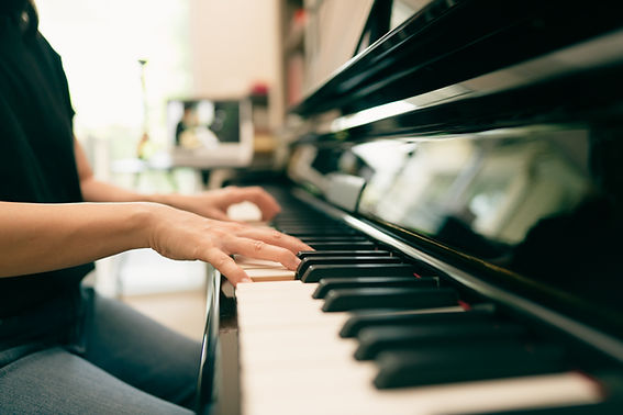 Scene of piano lessons online training o