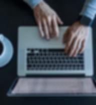 Человек, работающий с ноутбуком
