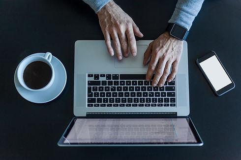 Homem, trabalhando, com, laptop