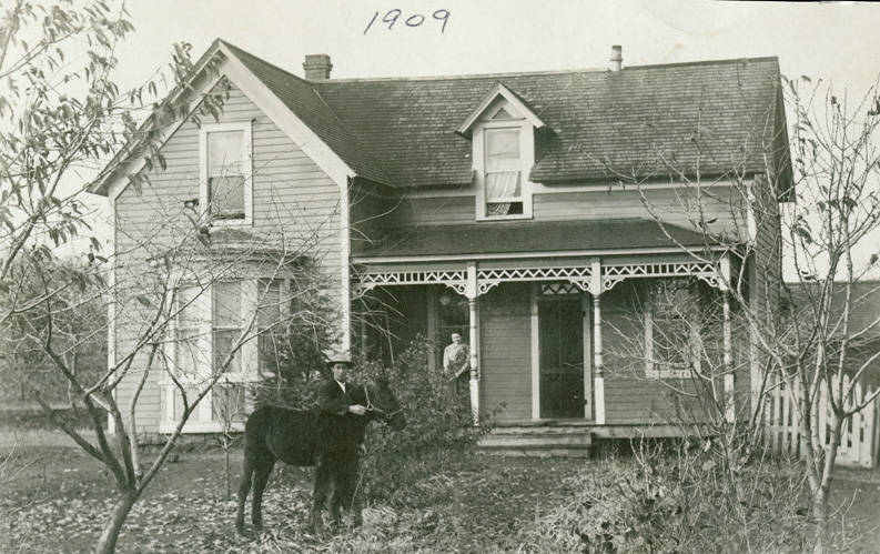 Home_of_James_and_Rose_Schindler_Rosalia_Washington_1909