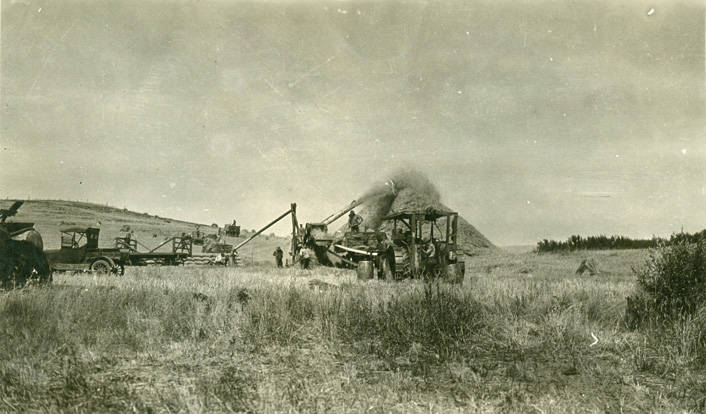 Threshing_during_harvest_near_Rosalia_Washington_1924