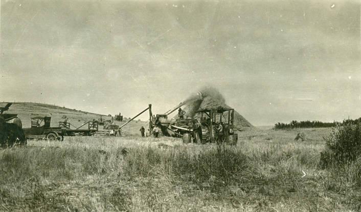 Threshing_during_harvest_near_Rosalia_Washington_1924