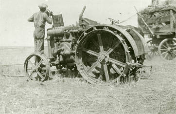 Harvest_tractor_receives_fuel_near_Rosalia_Washington_1924