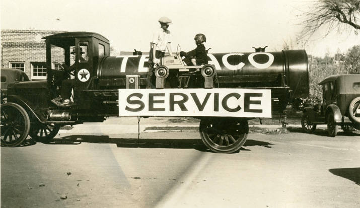 Texaco_truck_in_Festival_Day_Parade_Rosalia_Washington_1924 (1)
