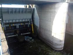 Czyszczenie krat po zamknięciu wody górnej w elektrowni wodnej Jeziorsko