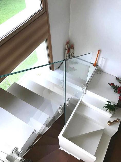 Scala interna con parapetto di vetro.jpg