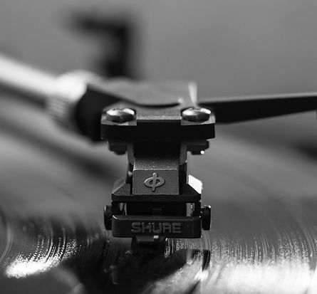 record-music-vinyl-turntable-black-and-w