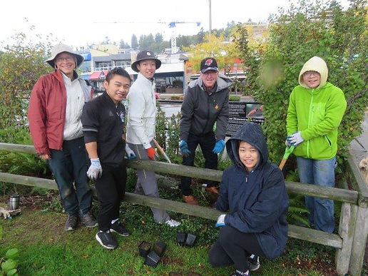 MP Gordie Hogg -volunteers at WR garden
