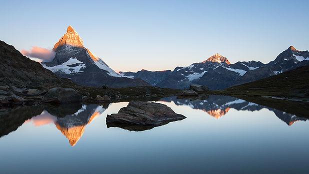 Salida del sol en Matterhorn de Riffelse