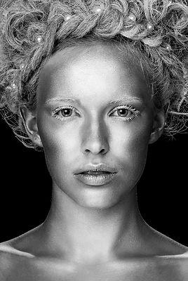 Faces, Minna Lehtola, mustavalkoinen, potretti, meikki ja hiukset, hopeanainen