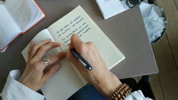 """Vera Seret signe son roman """"À-l'instant-même-où-l'on-bouge""""."""