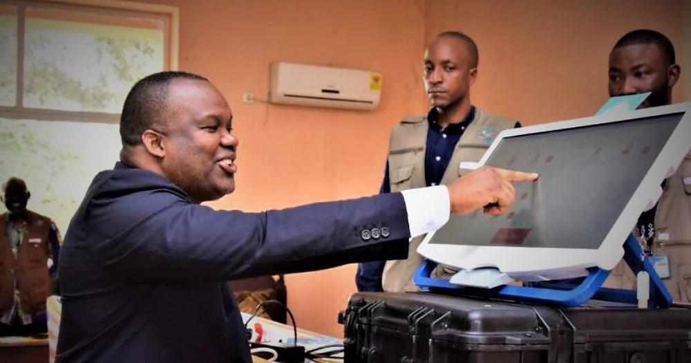 Corneille Nangaa et sa machine à voter.